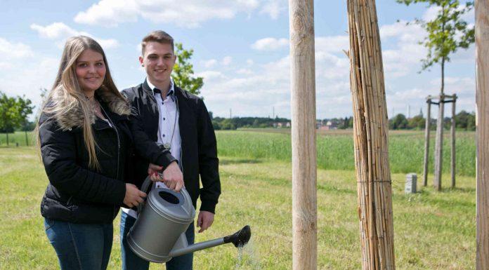 """Begossen """"ihren"""" Maibaum am zweiten Tag im neuen Amt: Selina Drecnik und Tim Kluth, das neue Rheinfelder Maikönigspaar. Foto: Tinter, Anja (ati)"""