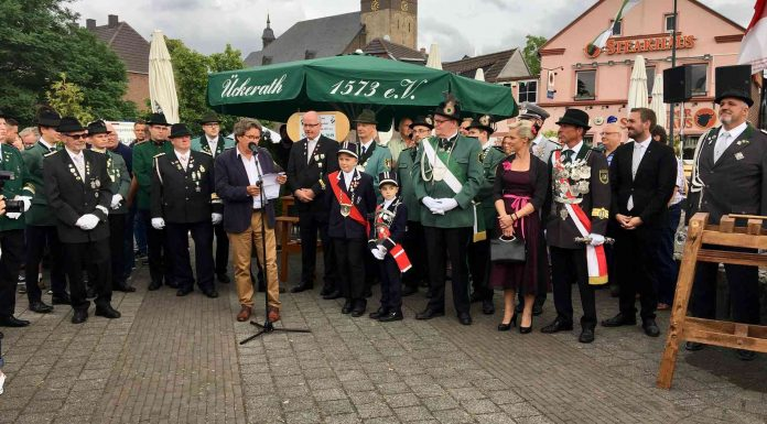 So wie 2019 beim Fassanstich auf dem Salvatorplatz wird dieses Jahr nicht gefeiert werden können: Die Nievenheimer Bruderschaft hat das Schützenfest im Juli abgesagt. Foto: Carina Wernig