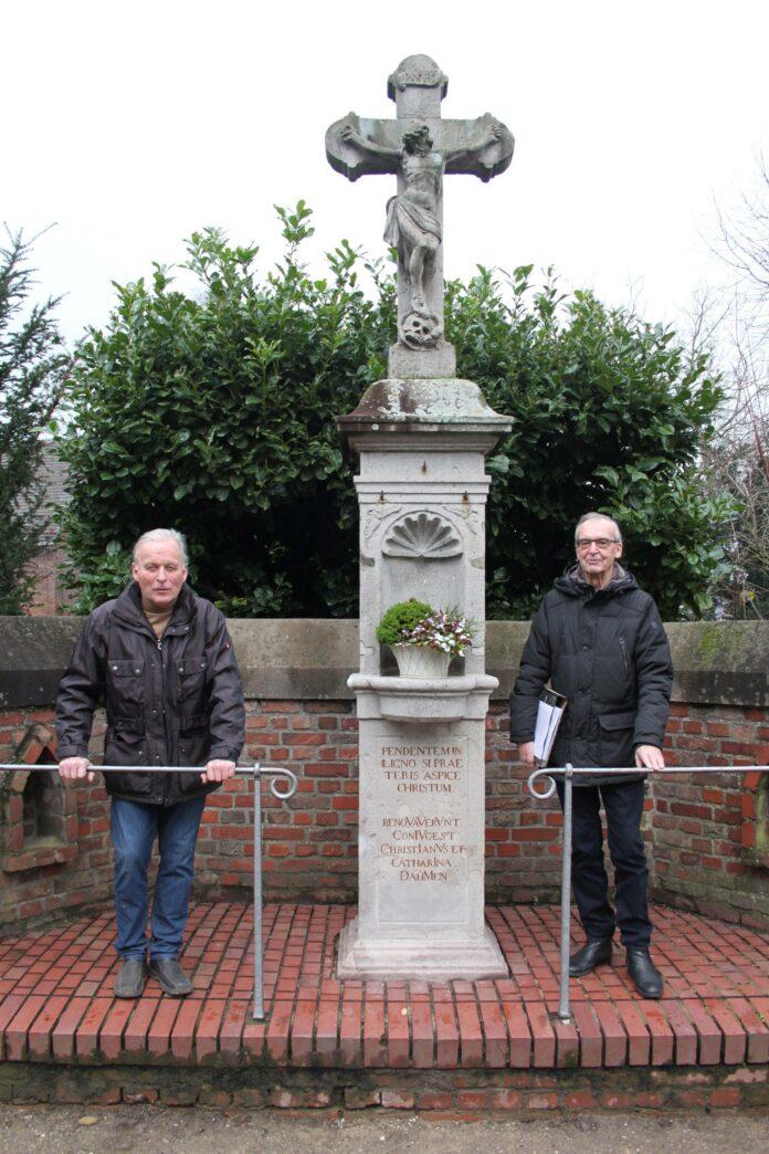 Helmut Heiles (l.) und Eduard Breimann (r.) vor dem Kreuz. Foto: Stadt Dormagen